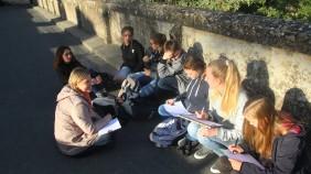 Französischlehrerin Christine Spieß und ihre Schüler fühlen sich sichtlich wohl in der Sonne vor dem Château Montreuil Bellay am Samstagnachmittag.
